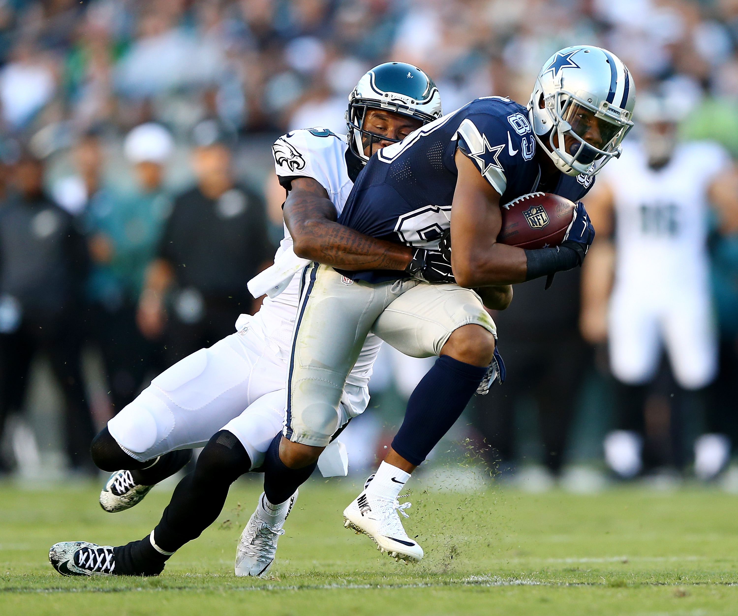 Dallas flips script, crushes Eagles 37-17