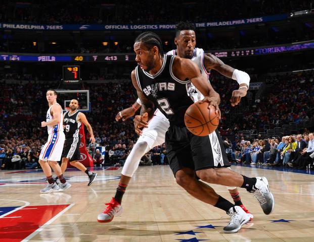 Leonard scores 32 in return as Spurs top Sixers