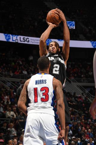 Leonard's huge night leads Spurs take down of Pistons