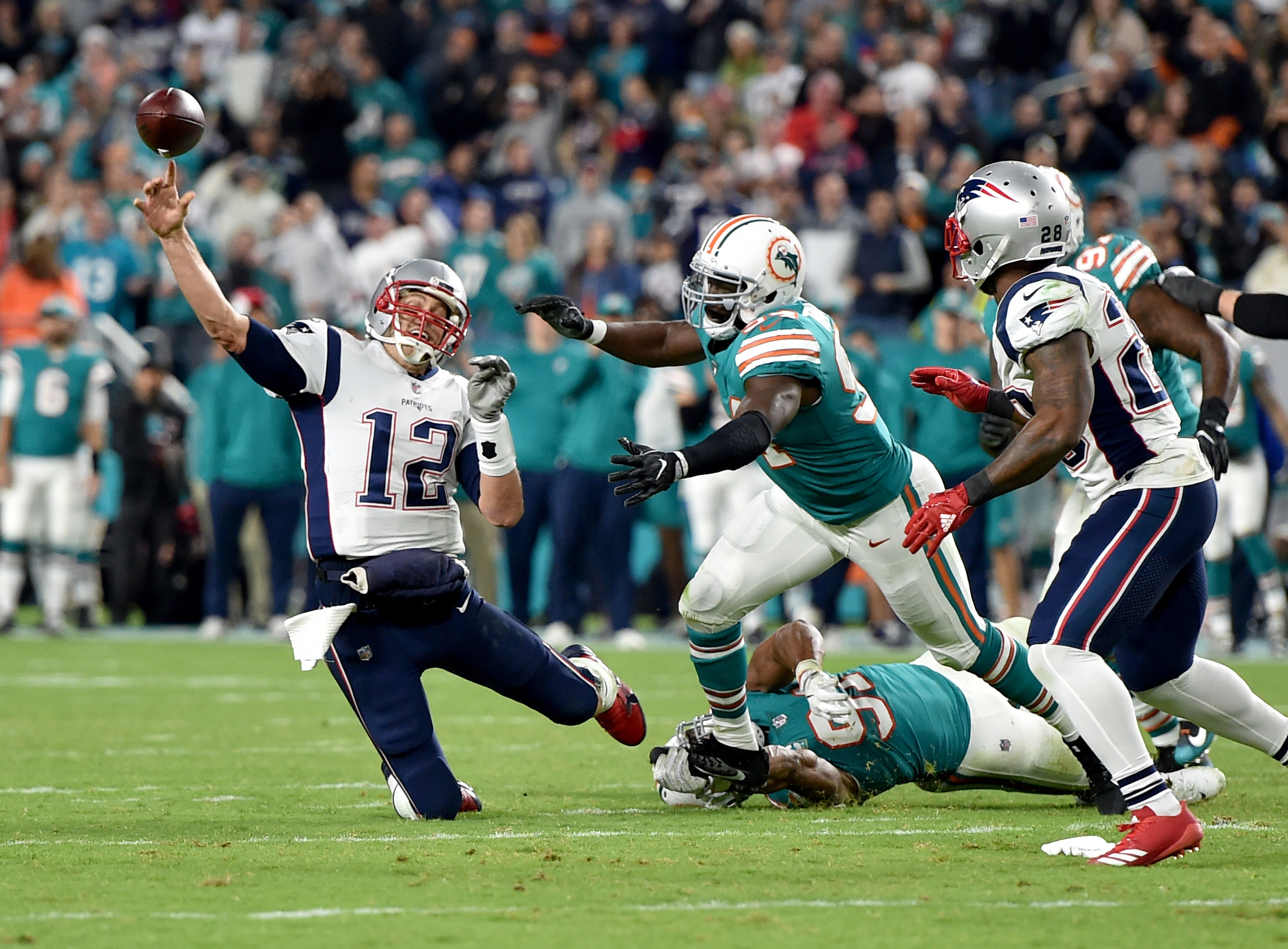 Dolphins Shock Pats With 27-20 Victory With Help From Howard