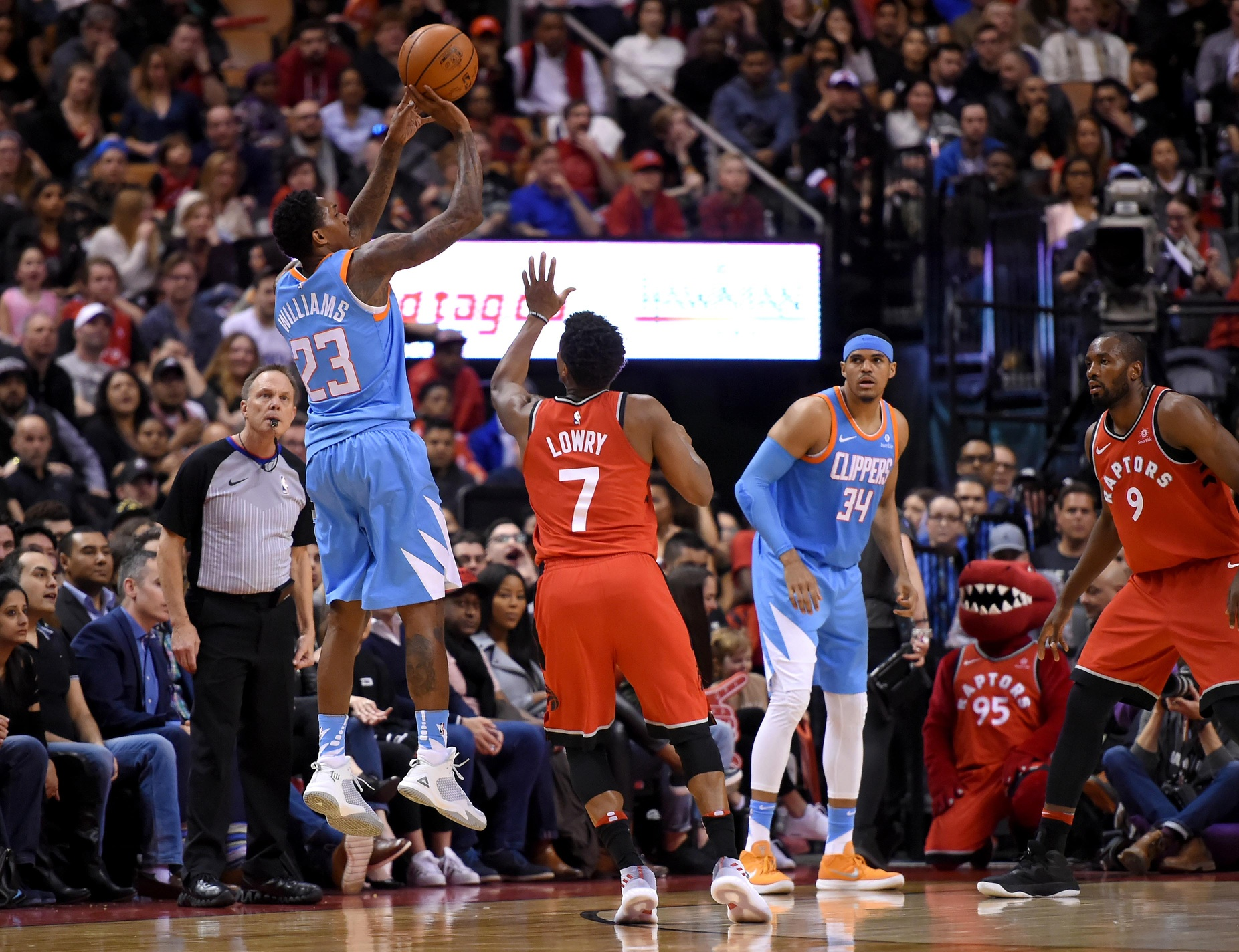Clippers comeback from 18 in win against Raptors 117-106