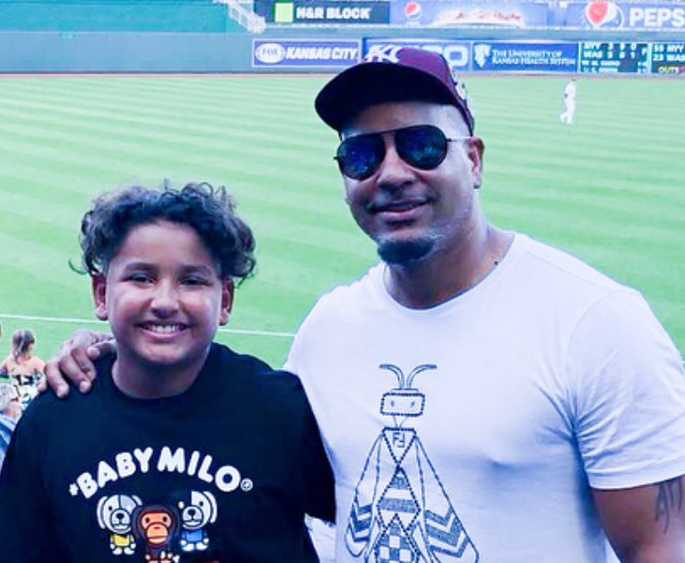Manny Ramirez rocks Yankees hat, disguise to take in Rangers-Royals game