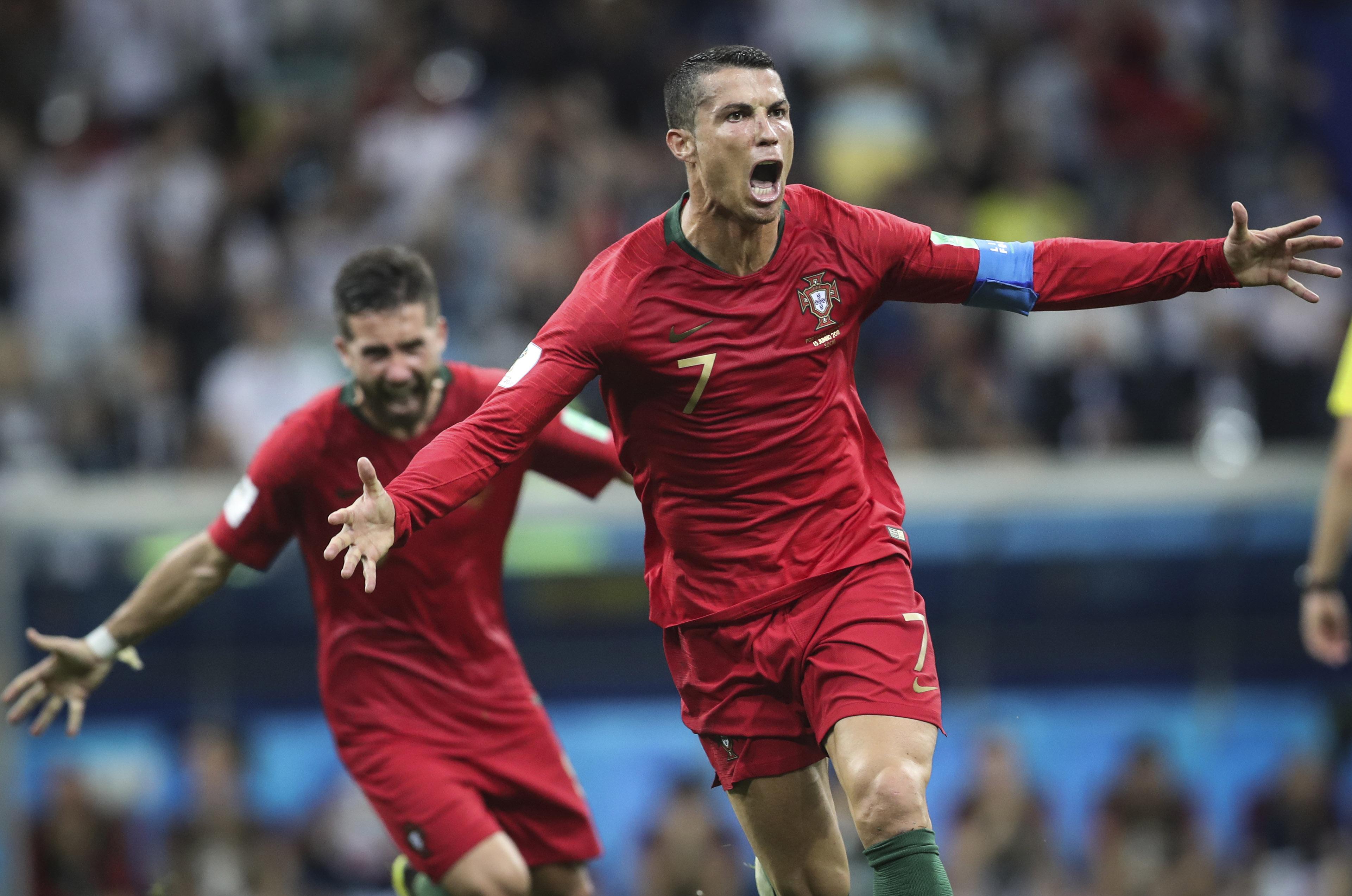 Cristiano Ronaldo shakes soccer world by joining ManU