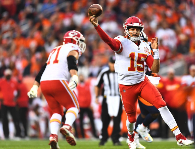Watch: Patrick Mahomes switches hands on run, makes unreal left-handed throw like a magician