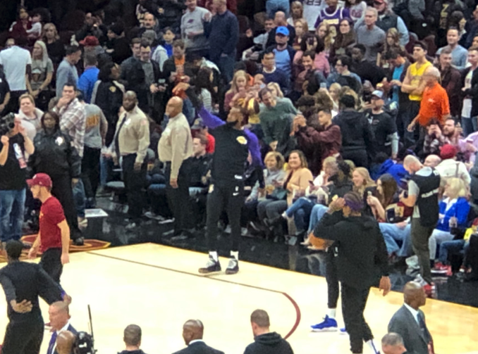 LeBron James showered with cheers by Cavs fans in return to Cleveland (Video)