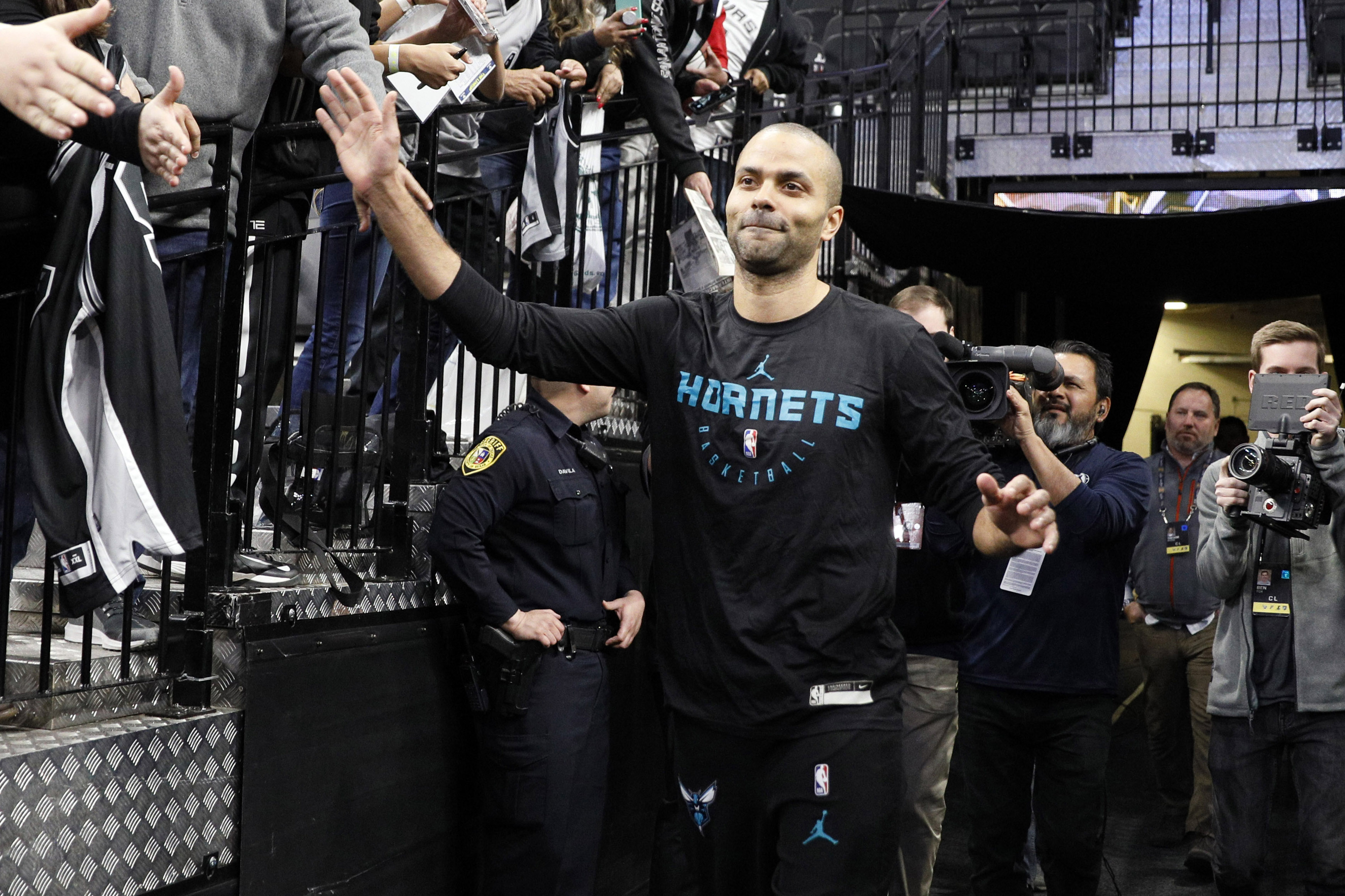 Tony Parker gets standing ovation, tribute video from Spurs in return (Video)