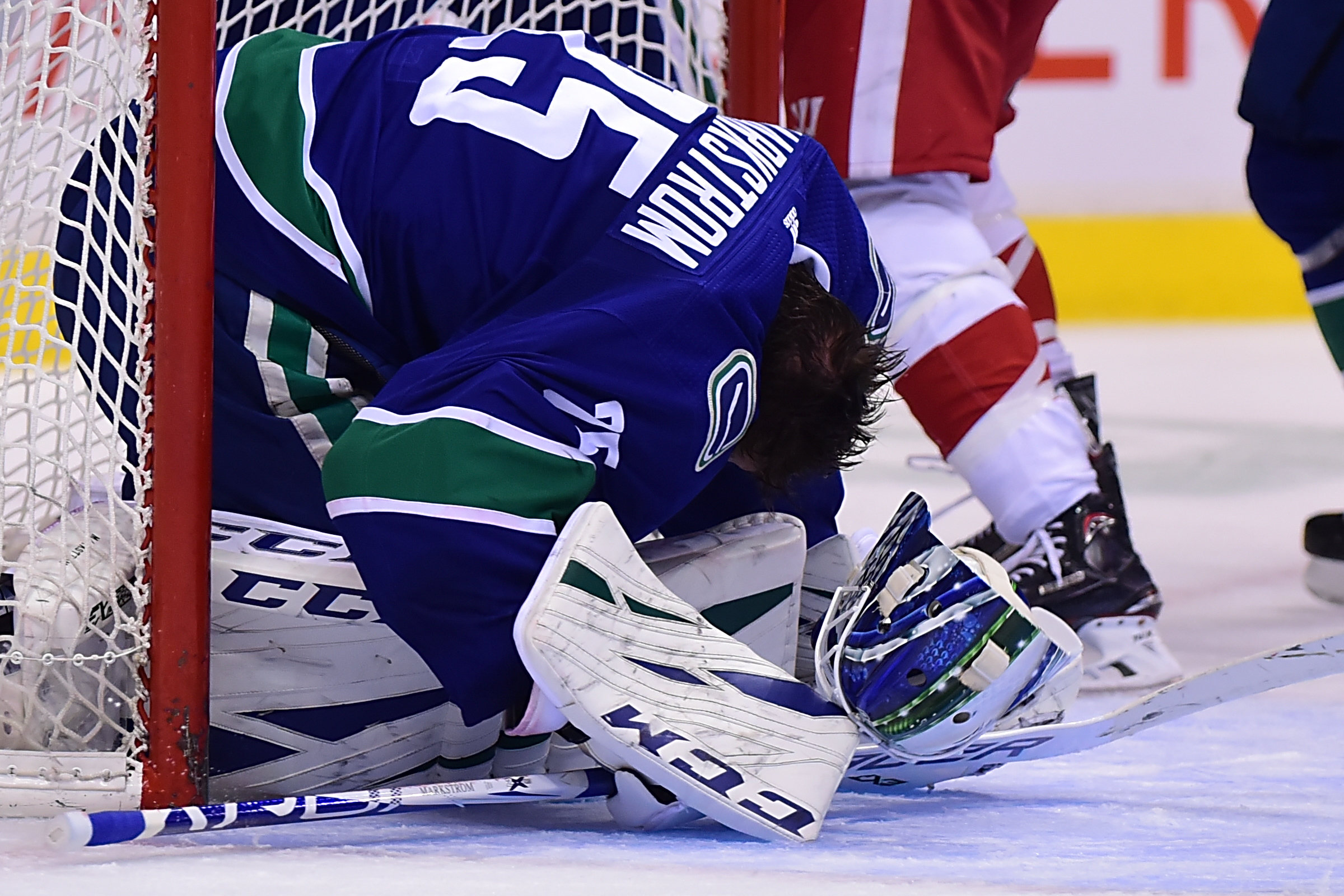 Look Canucks Goalie Jacob Markstrom Plays On Without Mask The Sports Daily