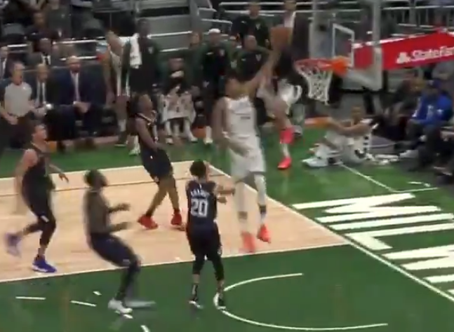 Giannis Antetokounmpo destroys entire Clippers team on one play (Video)