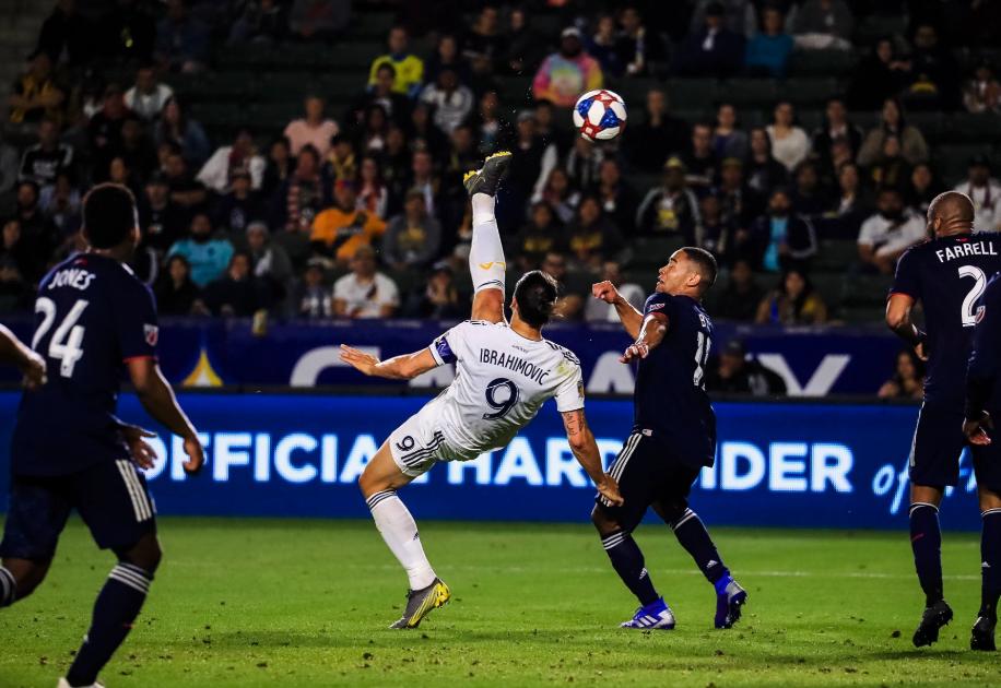 Zlatan Ibrahimovic juggles ball, scores ridiculous bicycle kick goal (Video)
