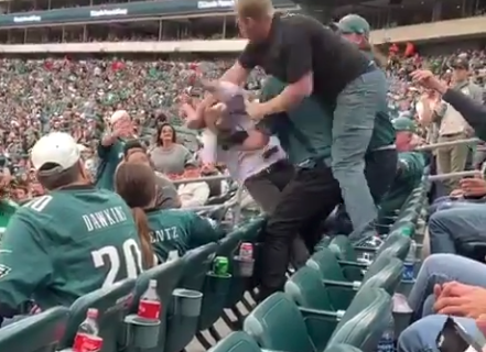 Eagles, Jets fans trade punches in crazy fight during game (Video)