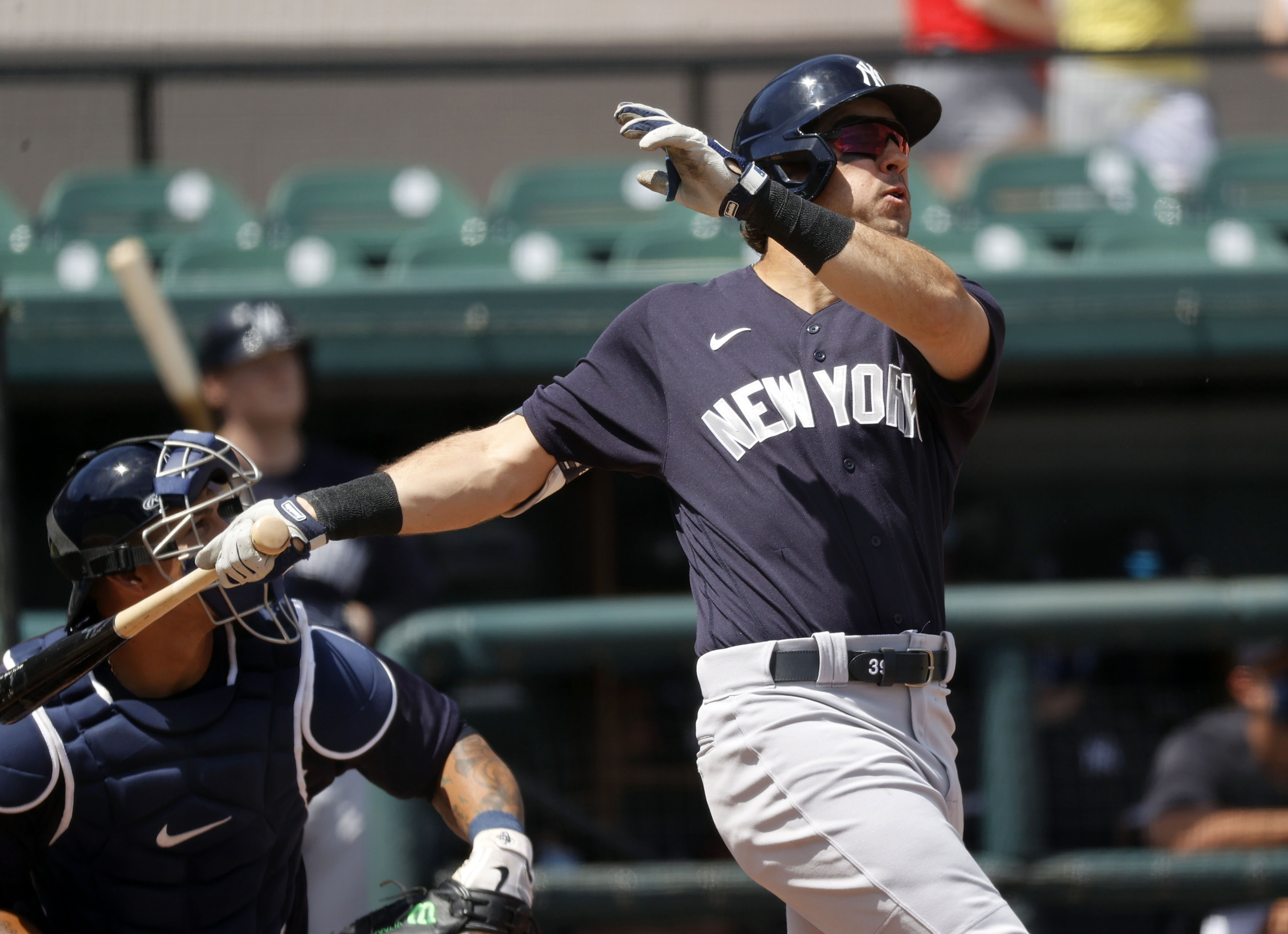 Yankees trade outfielder Mike Tauchman to the Giants
