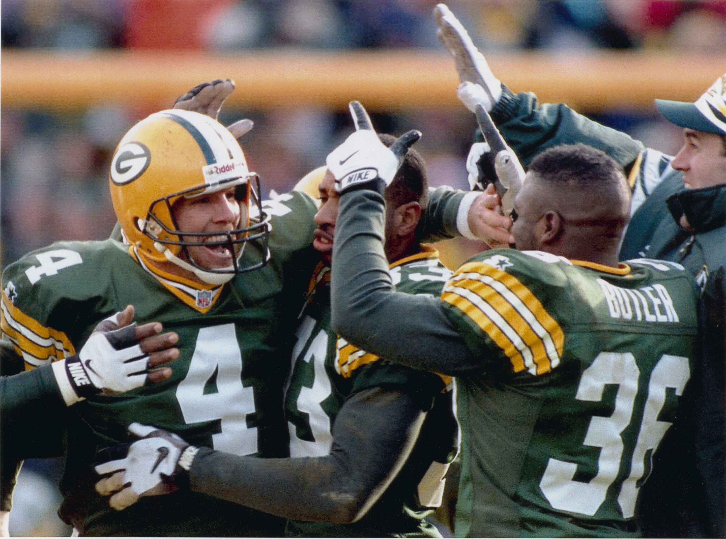 Flashback 1995: Brett Favre Overcomes Injuries to Have One of His Best Career Games Vs. Bears